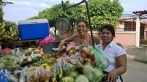 Su negocio casi no entra en las categorías de análisis económicos, pero ella es una emprendedora, autónoma, sostiene a su familia, y es alegrísimo comprarle las frutas y verduras muy temprano por la mañana. Julia Gaitán se levanta a las dos de la madrugada y va al mercado de Masaya, reúne su compra y viene a vender a Managua. Le compré aguacates, cebollas, naranjas, chiltomas, calalas, brócoli, lechugas... por 260 córdobas (13 euros). Es rico entregarle el dinero a Julia, porque va directamente para la educación de sus hijos e hijas. ¡Gracias por enseñarme a pesar en tu balanza, Julia!