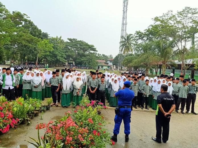 Para pelajar di salah satu sekolah di Tanjung Balai mendengarkan arahan dari petugas kepolisian dalam kegiatan Police Goes to School. (mimbar/ist)