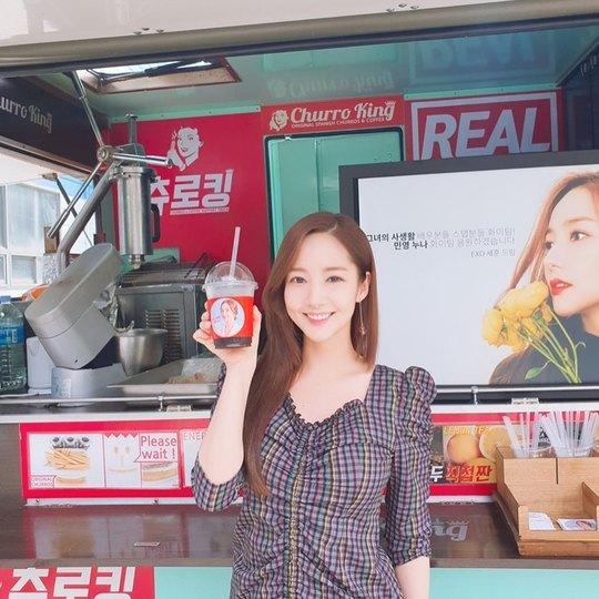 ภาพ พัคมินยอง กับรถกระบะอาหารว่างที่ เซฮุน ส่งไปให้