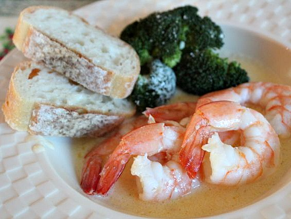 shrimp and broccoli with bread