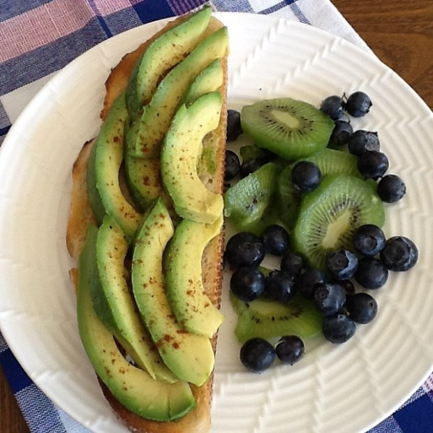 avocado-toast-with-fruit