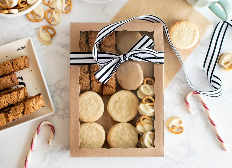 DIY holiday cookie boxes. How to make DIY Holiday cookie boxes. How to make DIY Christmas cookie boxes. How to make DIY cookie boxes. Easy DIY Cookie boxes. Easy DIY holiday cookie boxes. Easy DIY Christmas cookie boxes. Simple holiday cookie boxes. How to make holiday cookie boxes for gifts. How to make easy christmas cookie boxes. #cookieboxes #christmascookies #christmascookieboxes #diycookieboxes #diyholidaycookieboxes