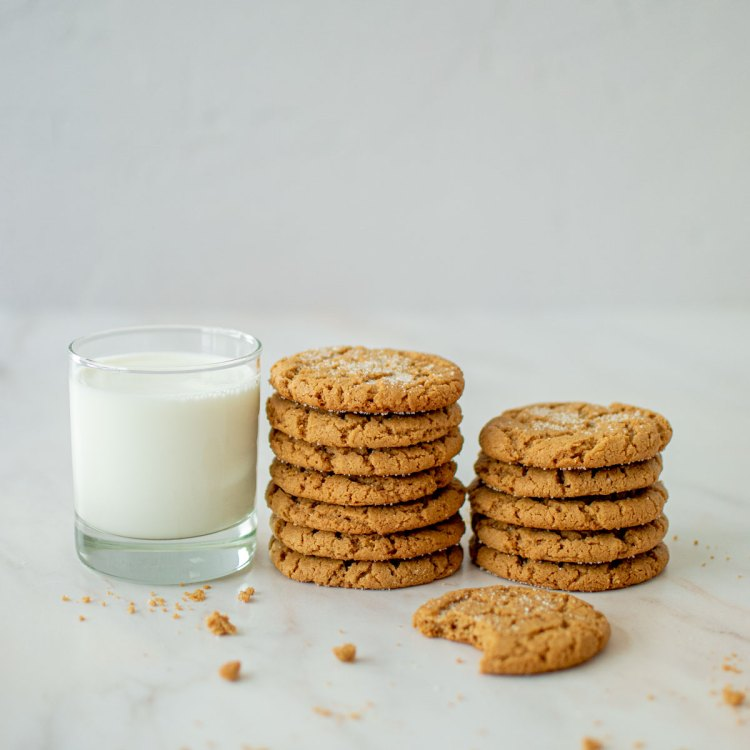 The best easy Peanut Butter Cookie recipe for soft and chewy peanut butter cookies. Just a few simple organic ingredients for the best bakery style peanut butter cookies you've ever had! Best peanut butter cookies at high altitude! #organiccookies #peanutbuttercookies #bakerycookies #cookierecipe #cookierecipes #glutenfreecookies
