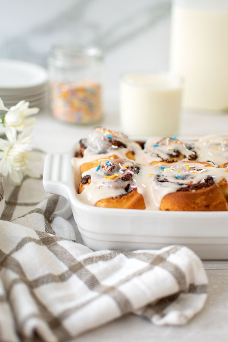 The best homemade fluffy Funfetti Cinnamon Roll recipe. High altitude Funfetti Cinnamon Roll recipe. Easy and delicious from scratch funfetti cinnamon rolls. The best Sunday morning brunch recipe is homemade cinnamon rolls with rainbow sprinkles! Fluffy and sweet, this easy cinnamon roll recipe will have you baking them every weekend! Truly the best funfetti cinnamon roll recipe. Make your own cinnamon rolls at home with this easy recipe for organic cinnamon rolls #funfetti #funfetticinnamonrolls #cinnam #sundaybrunch #brunchrecipe #easycinnamonrolls