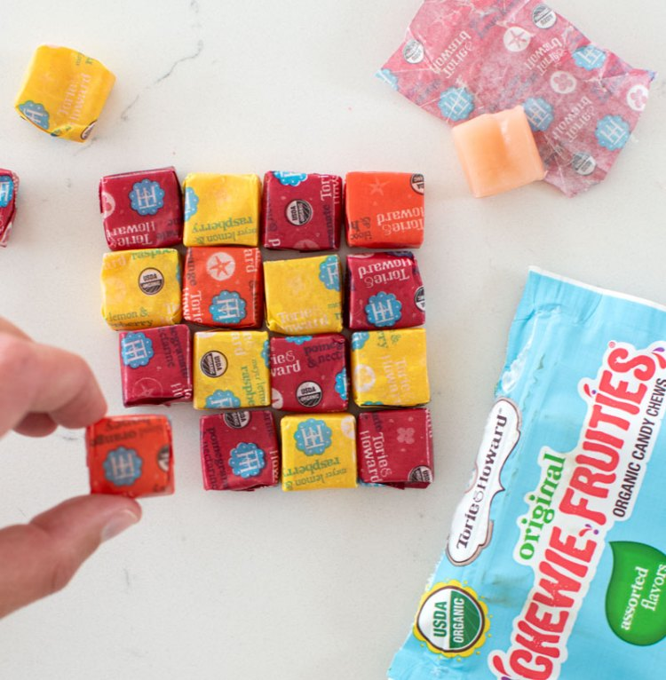 Healthy Halloween candy round up! Looking for candy free of artificial colors? Organic candy is better than traditional Halloween candy. Get all our top picks for healthy Halloween candy!