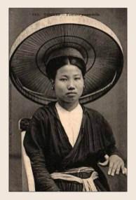 Phụ nữ Việt Nam đầu thế kỷ 20 đội nón quai thao, mặc áo tứ thân.