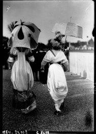 1912 Women in hobble skirts Image: Agence Rol/Gallica via Europeana