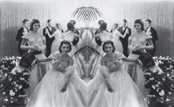 jacqueline-with-her-sister-at-a-debutante-ball-in-1951-photo-cecil-beaton