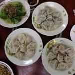 台北の穴場食堂「新娘子小吃」リーズナブルで美味しいお皿をたくさん並べる