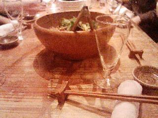 宴会。一般的な皿と惣菜と箸、そしてコップの映像