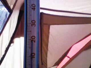 温度計(ユニフレームキャンプサーモ)は20度を示してます