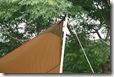 このとき、内側にポールを入れます;強度の問題ですね;大体紐と屋根の半分の向きにポールを倒すのです
