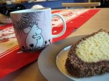 Fínska verzia bábovky a čierny čaj v kaviarni v Liekse