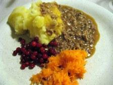 Zemiakové pyré, karelský vývar, nastrúhaná mrkva, miestne brusnice