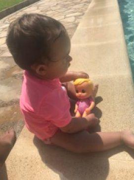 La baby jugando con la Bloopies de IMC Toys