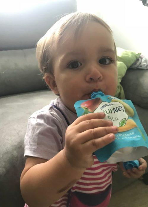 La baby con su bolsita de frutas Naturnes