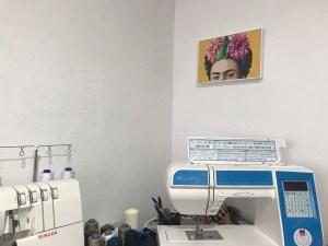 Póster Frida en mi rinconcito de costura