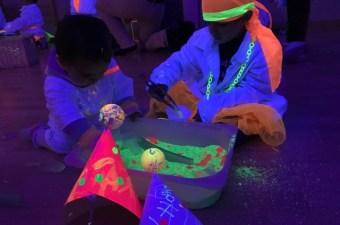Las niñas experimentando y jugando con la luz junto a sus títeres