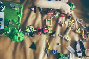 Niño jugando con Playmobil espacidos por la zona