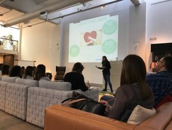 Angie Joya explicando los lenguajes del amor