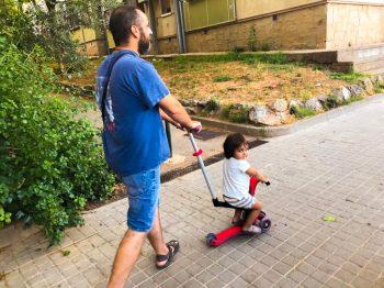 La baby en su patinete conducido por papi