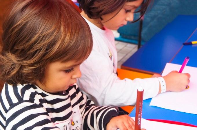 Las niñas concentradas dibujando su monstruo