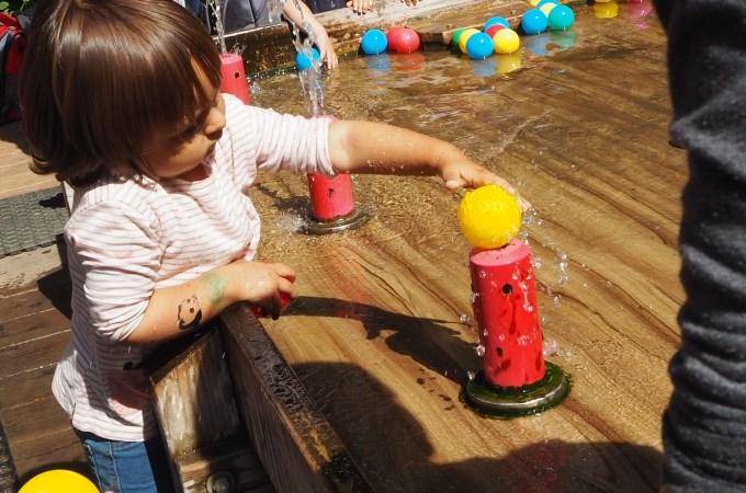 Concentrada para colocar la bola sobre el agua