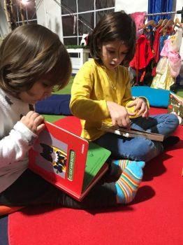 Leyendo las niñas juntas