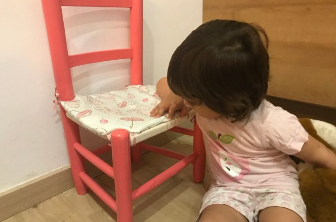 La chiquitina inspeccionando su nueva silla
