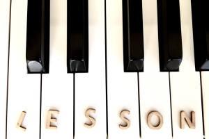 ピアノの鍵盤、木製のアルファベット、LESSONの文字