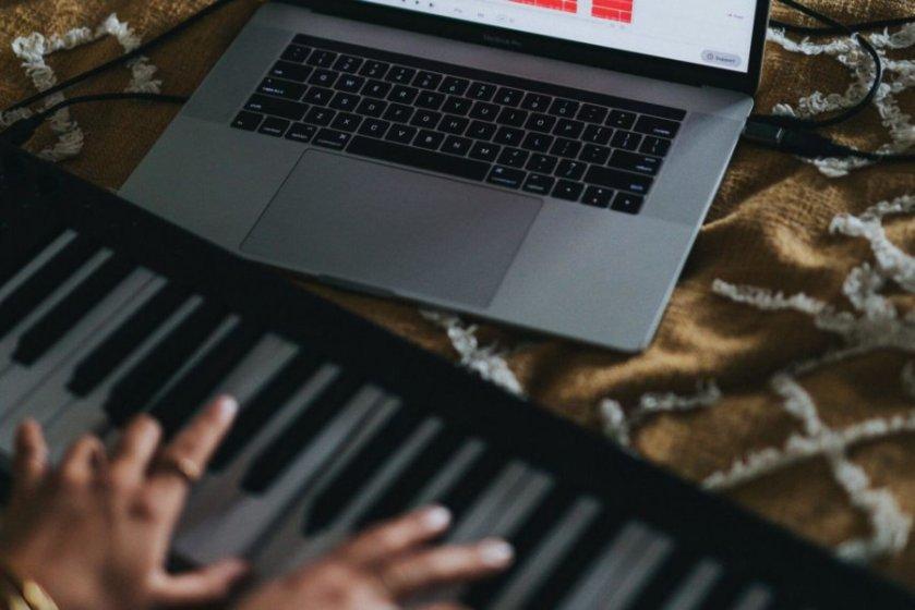 パソコン、大人の両手、ピアノ