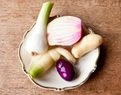 Första skörden! Fast allt förutom potatisen kommer faktiskt från mammas odlingar. Mitt har inte riktigt hunnit så långt än.