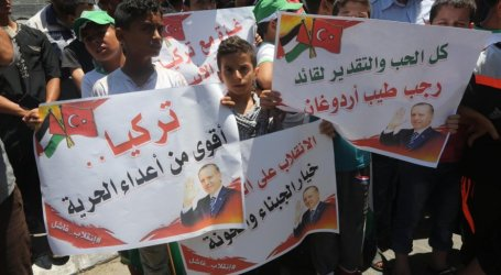 Ratusan Warga Gaza Rayakan Kegagalan Kudeta di Turki