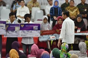Usai Hadiri HUT TNI, Presiden Jokowi Bagikan 1.171 KIP