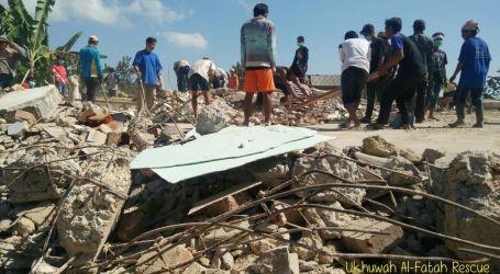 Jelang Iedul Adha, Warga Bersihkan Puing Masjid Untuk Shalat Ied