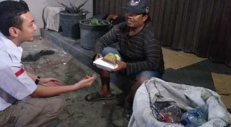 Baznas Distribusikan Paket Makanan ke Tunawisma di Bekasi