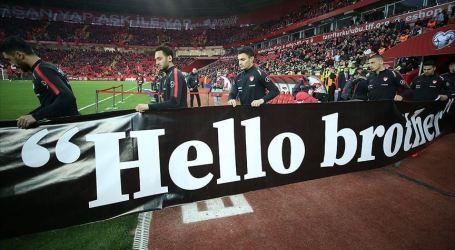Timnas Sepakbola Turki Pajang Spanduk 'Hello Brother'