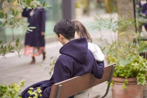 デートで椅子に座る