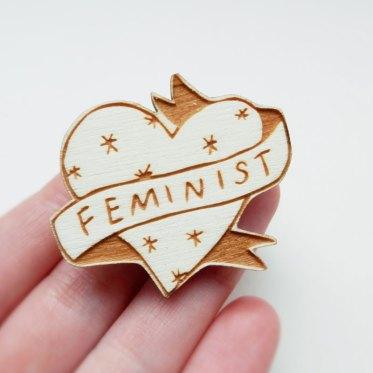 broche-coeur-feministe-stars