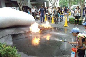 ②消火器を使った消火訓練体験