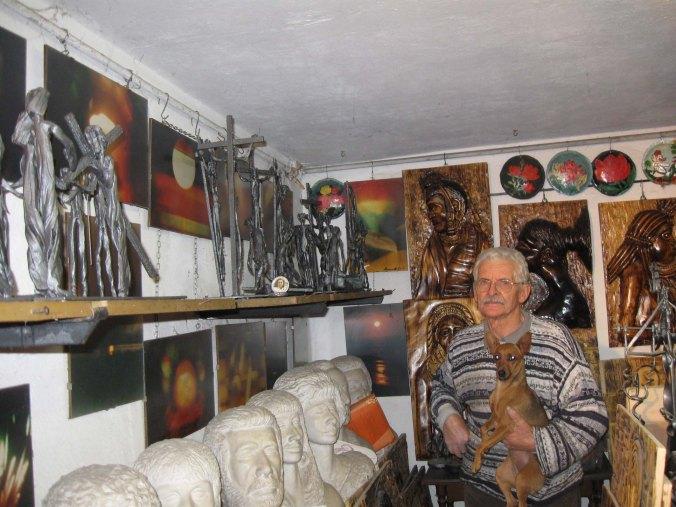 Giannino Massarotto tra alcune delle sue opere