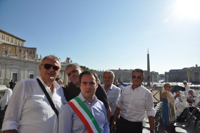 Don Gino Bolognesi fra il sindaco  Roberto Angeli e l'assessore Franco Albinelli del Comune di Reggiolo
