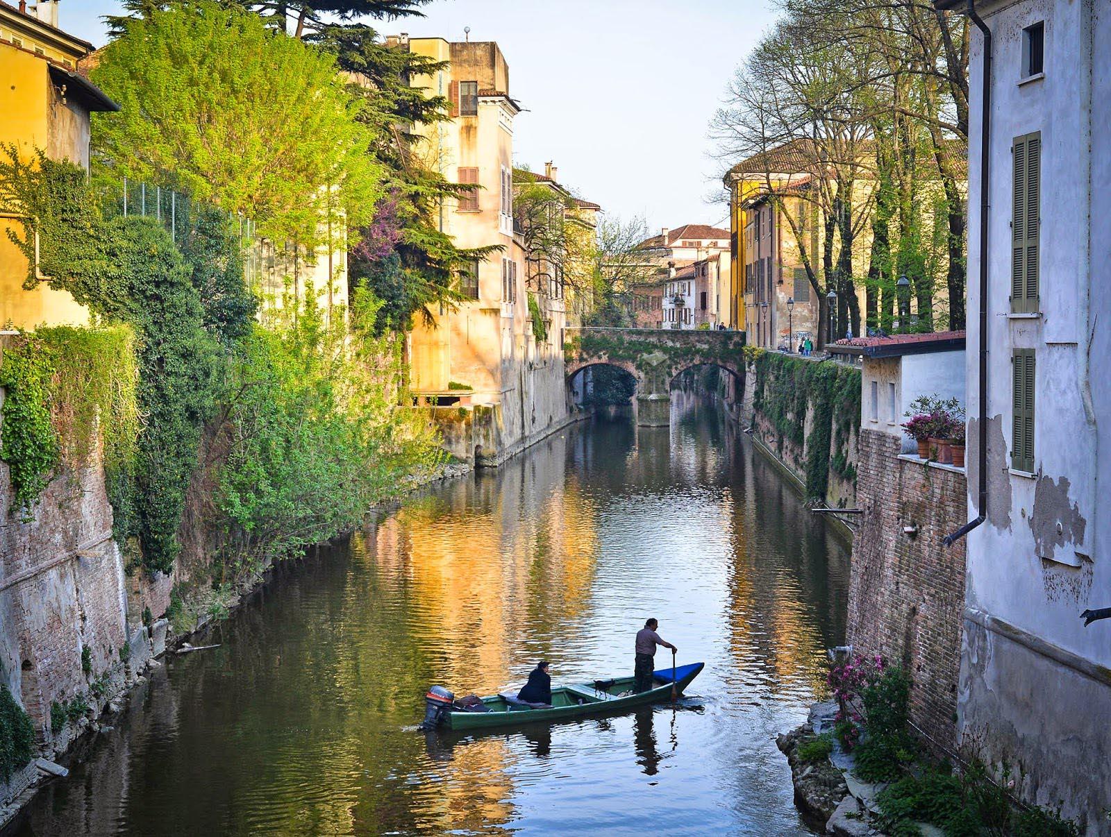barche nel lungorio a Mantova