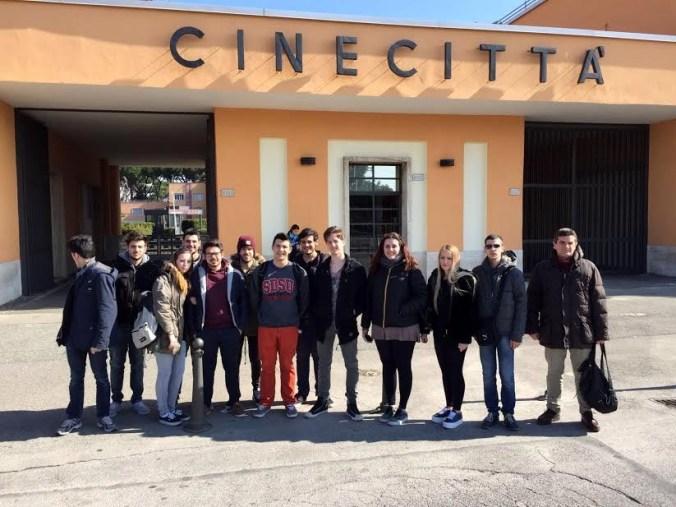 Gli studenti e gli insegnanti a Cinecittà.jpg