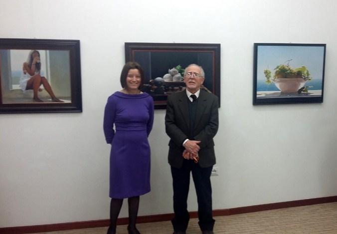 la curatrice Arianna Sartori con l'artista Cattaneo