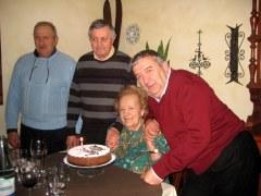 Nelia Frascari con i nipoti e l'ex sindaco di Goito E.Cartapati