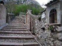 sentiero che conduce al santuario-madonna-della-corona-monte-baldo-f