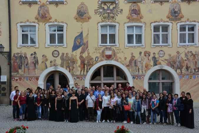 Foto di gruppo con il Sindaco di Horb am Neckar davanti al municipio-min