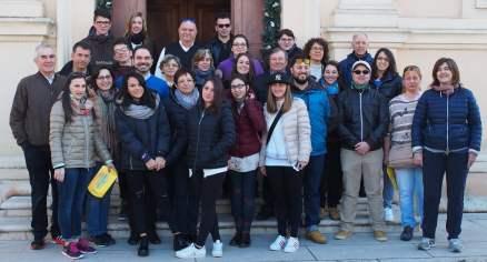 Foto di gruppo davanti alla chiesa parrocchiale di San Michele Arcangelo di Villimpenta il giorno della partenza per NY-min