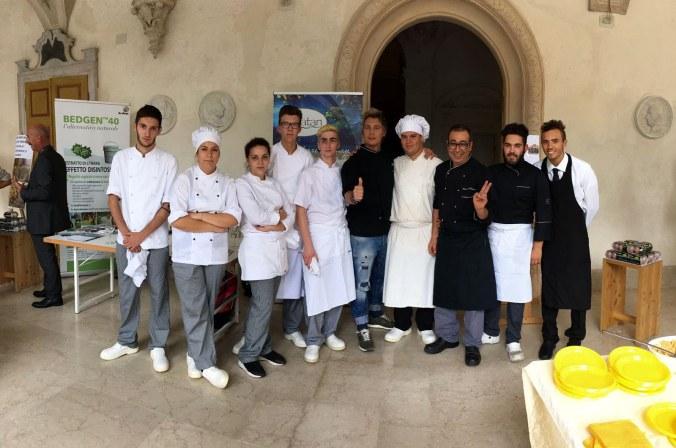 i-ragazzi-dellalberghiero-di-gazoldo-protagonisti-allexpovo-con-il-prof-e-chef-mammola-e-lo-chef-mainardi